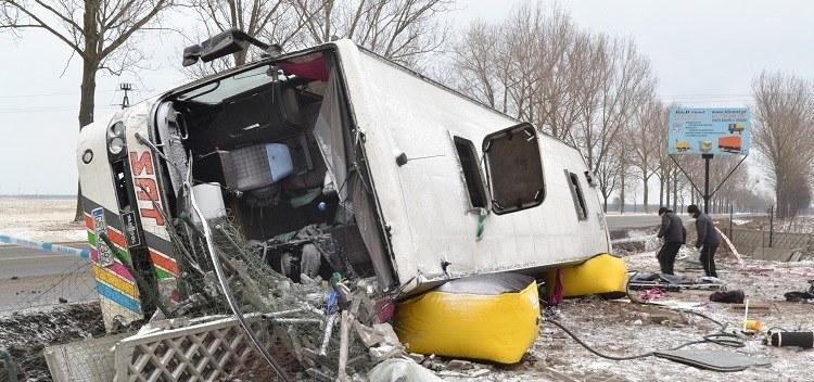 Autobus z kibicami zjechał z drogi i przewrócił się na bok /Paweł Balinowski /RMF FM