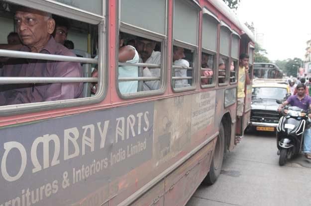 Autobusy są w Indiach bardzo zatłoczone /INTERIA.PL