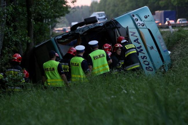 Autokar, którym podróżowało 49 osób, w tym 44 dzieci, przewrócił się na prostym odcinku drogi i wpadł do rowu /Waldemar Deska /PAP