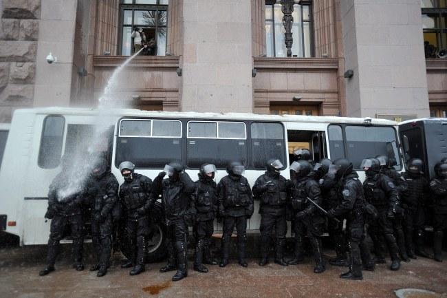 Autokary z milicjantami pojawiły się przed ratuszem /STR /PAP/EPA