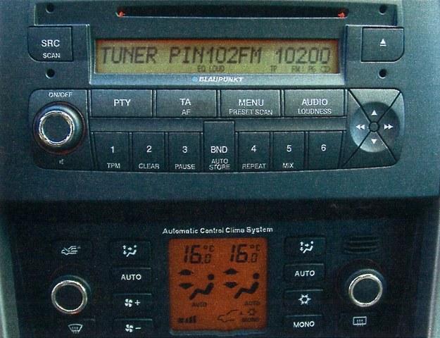 Automatyczna klimatyzacja jest standardem tylko w droższych wersjach, a radio nie ma najlepszego brzmienia. /Motor