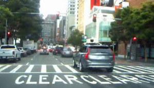 Autonomiczna taksówka przejeżdża na czerwonym