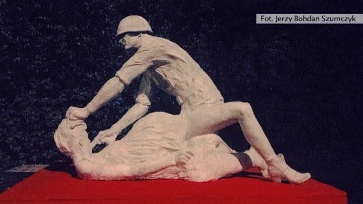 Autor rzeźby Jerzy Bohdan Szumczyk zapewniał, że jego celem nie było nawoływanie do nienawiści. /TVN24/x-news