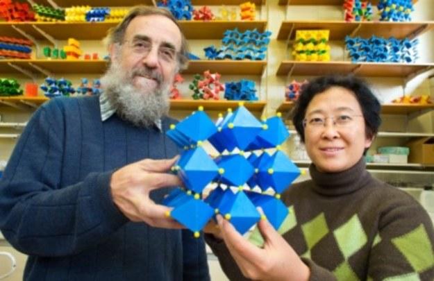 Autorzy badań z modelem chemicznym nowego materiału /materiały prasowe