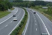 Autostrada - nawet, jeśli ma dwa pasy ruchu w jednym kierunku, to i tak jest to rzadki widok... /RMF FM