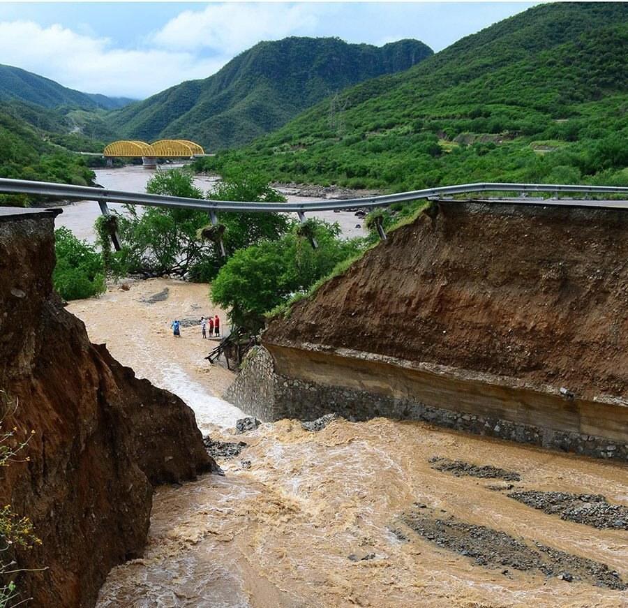 Autostrada zerwana przez wezbraną rzekę w stanie Michoaca /José Luis Díaz /PAP/EPA