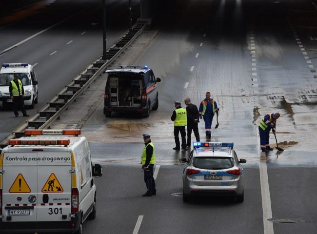 Awaria wodociągu sparaliżowała ruch na Trasie Łazienkowskiej /Radek Pietruszka /PAP