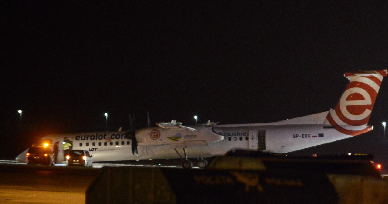 Awaryjne lądowanie na Okęciu: Pozbawiona kół maszyna zaryła dziobem w pas startowy