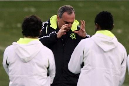 Awram Grant coś tłumaczy piłkarzom Chelsea /AFP