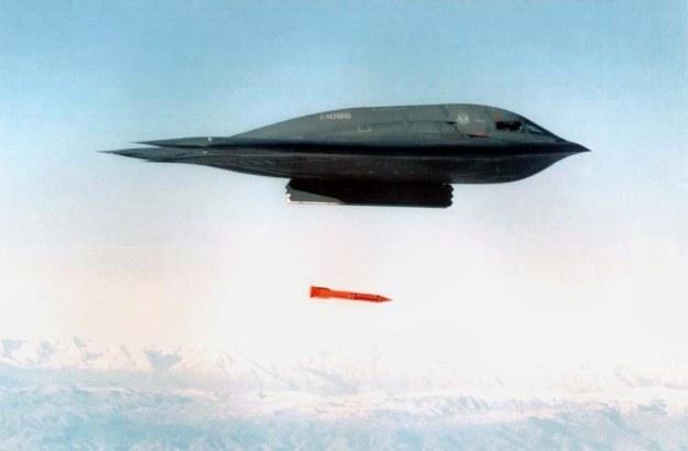 B-2 zrzuca bombę B61 /AFP