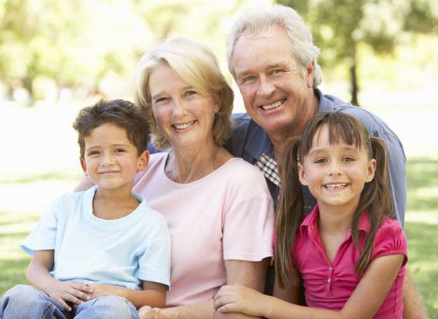 Babcia i dziadek mają więcej dystansu do wnuków, nie oceniają ich tak surowo, jak rodzice /©123RF/PICSEL