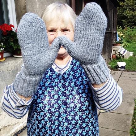 Babcia Marysia w zrobionych przez wnuczkę rękawiczkach /archiwum prywatne