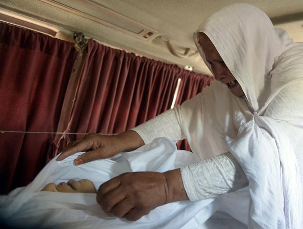 Babcia opłakuję zamordowaną Marię Abbis /AAMIR QURESHI /AFP