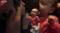 Babcia uczy niemowlę języka migowego