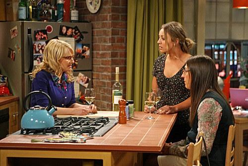 Babskie wieczory to doskonała okazja dla Bernadette (Melissa Rauch), Amy (Mayim Bialik) i Penny, by wypić drinka i obgadać zachowania chłopaków. /CBS /materiały prasowe