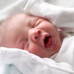 Badacze apelują: noworodki powinny spać wyłącznie na plecach