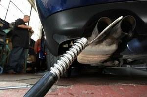 Badanie czystości spalin /AFP