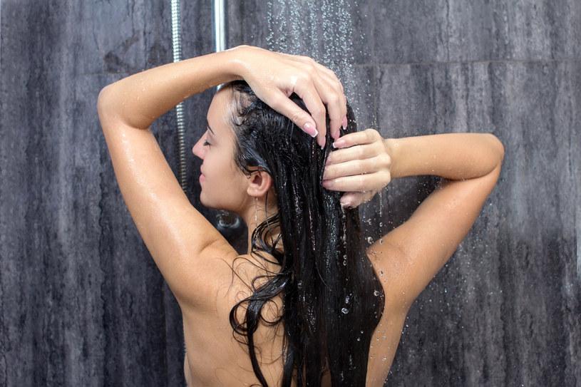Bądź delikatna podczas mycia. Niewielką ilość szamponu (najlepiej naturalnego, z wyciągami ziołowymi i bez silikonów) rozprowadź na dłoniach, a potem na włosach. Myjąc, lekko masuj skórę głowy /©123RF/PICSEL