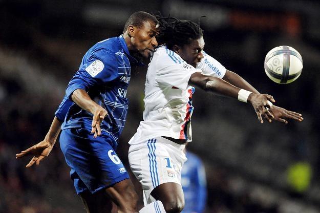 Bafetimbi Gomis (z prawej)  i Adama Coulibaly w walce o piłkę /AFP