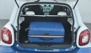 Bagażnik (185 l) można powiększyć, składając oparcia kanapy i prawego fotela. /Motor