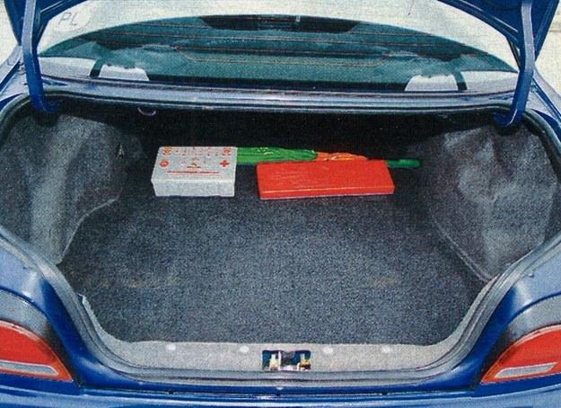 Bagażnik jak na sedana jest niezbyt duży. Ma pojemność 335 l. /Motor