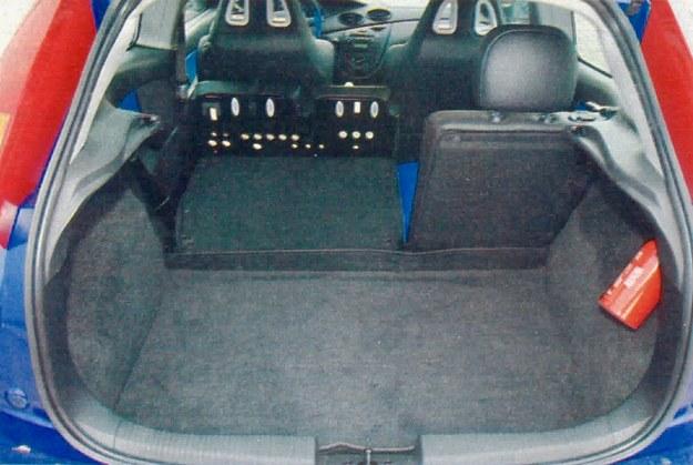 Bagażnik, jak przystało na kompaktowego hatchbacka, jest całkiem spory. Niestety nie pomyślano o siatce do mocowania pakunków. /Motor