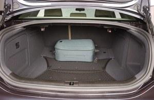 Bagażnik jest nieznacznie większy niż w BMW (545 l), ale trudniej go wykorzystać. Jest głęboki, a dostęp ograniczają błotniki i pochylona szyba. /Motor