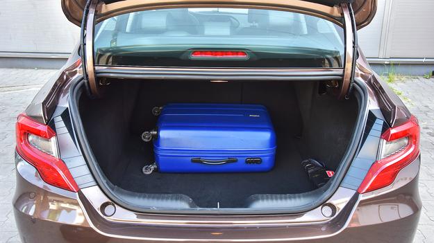 Bagażnik jest pojemny, ale wielkie zawiasy wnikają do jego wnętrza i ugniatają pakunki. /Motor