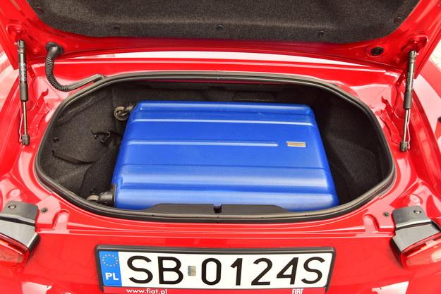 Bagażnik ma 140 l. To wystarczy, aby zmieścić dużą walizkę. Próg załadunku – bardzo wysoko. /Motor