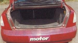 Bagażnik ma dużą powierzchnię, ale jest niewysoki. W podłodze znajduje się koło zapasowe. /Motor
