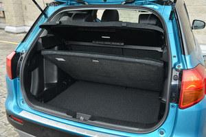 Bagażnik ma pojemność 375 l – więcej niż w wielu kompaktach. Podwójna podłoga zapewnia równą powierzchnię po złożeniu oparć kanapy, po bokach znalazły się schowki. /Motor