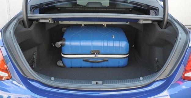 Bagażnik ma pojemność 435 l, czyli o 55 l mniej niż w standardowej klasie C. /Motor