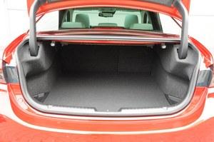 Bagażnik ma pojemność 480 l. Otwór ładunkowy nie jest zbyt wysoki, a zawiasy zabierają niestety dość dużo miejsca. /Motor