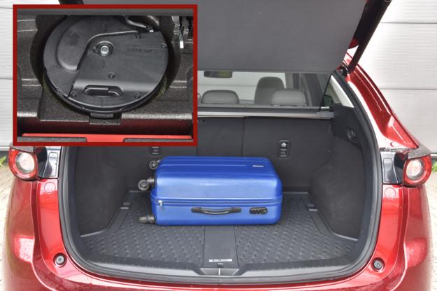 Bagażnik ma prawie 500 litrów pojemności – to wystarczy na wakacyjny wyjazd. Pod podłogą jeden z dziesięciu głośników systemu Bose. /Motor