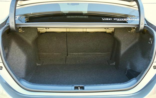 Bagażnik ma przeciętną pojemność (452 l) i nieregularny kształt. /Motor