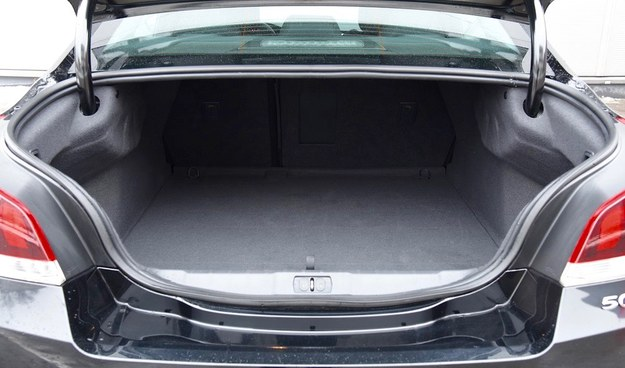 Bagażnik ma przeciętną pojemność 473 l i nieregularny kształt. /Motor