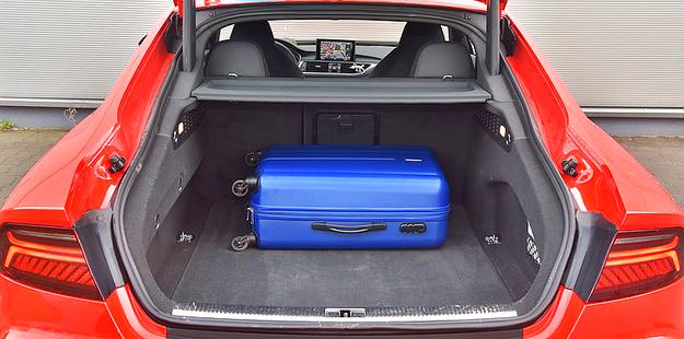 Bagażnik ma tylko 93 cm szerokości. Standardowa pojemność 535 l jest niezła, ale po złożeniu kanapy zmieści się tylko 1390 l – jak w kompakcie. /Motor