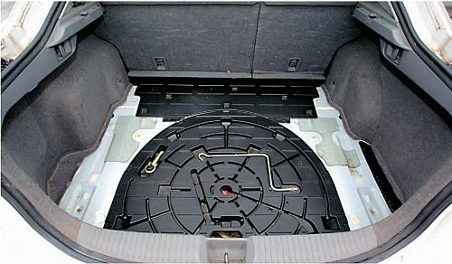 Bagażnik Mazdy 6 w wersji liftback: 490-1662 l. Pod plastikową pokrywą znajduje się dojazdowe koło zapasowe. /Motor