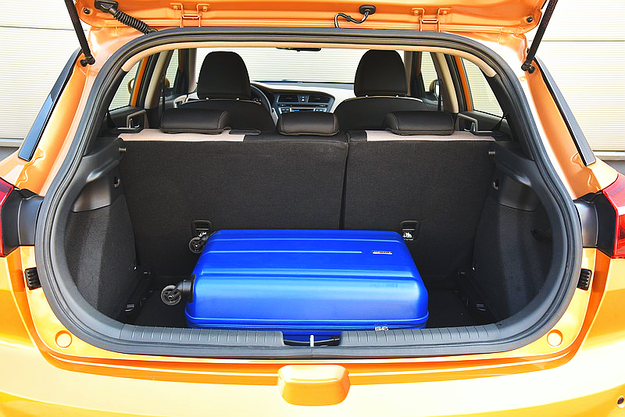 Bagażnik mieści 326 l, a to już wartość typowa dla mniejszych kompaktów. /Motor