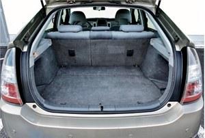 Bagażnik nie jest zmniejszony przez baterie. Ma 410 litrów. (kliknij, żeby powiększyć) /Motor