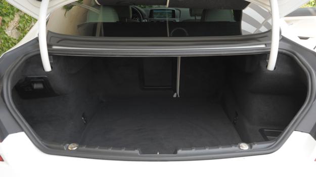 Bagażnik o pojemności 460 l ma nieregularny kształt. Składana kanapa nie wymaga dopłaty (co wcale nie jest oczywiste w tej klasie). /Motor