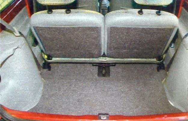 Bagażnik przy przesuniętej do przodu kanapie pomieści 260 I pakunków. /Motor