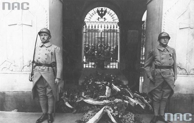 Bajończycy trzymający wartę przed Grobem Nieznanego Żołnierza. /Z archiwum Narodowego Archiwum Cyfrowego