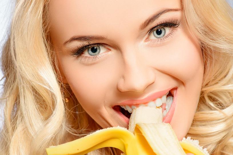 Banan to świetne rozwiązanie nie tylko w kuchni, ale też w kosmetyce i codziennych pracach domowych /©123RF/PICSEL