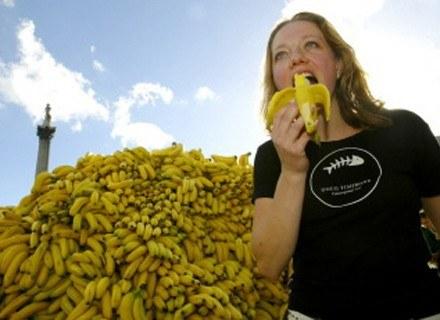Banany zawierają witaminy z grupy B, witaminę C i magnez, a także tryptofan /AFP