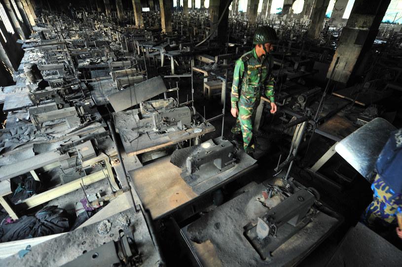 Bangladesz. Zgliszcza fabryki odzieżowej. W 2012 roku w pożarze zginęło 111 jej pracowników /AFP