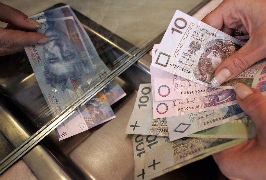 Banki chcą pomóc frankowiczom /Adam Warżawa /PAP