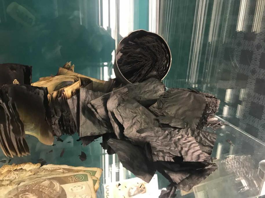 Banknoty, które do Narodowego Banku Polskiego trafiły po pożarze hal magazynowych i sklepów w Wólce Kosowskiej pod Warszawą. Maszyna potrafi rozpoznać, jaki to nominał! /Fot. Michał Dobrołowicz /RMF FM