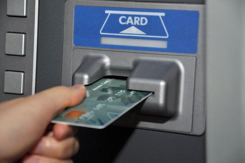 Bankomaty są wygodne, ale coraz częściej stają się też celem ataków cyberprzestępców. Specjaliści z firmy Dr. Web przygotowali kilka pomocnych informacji dla właścicieli kart płatniczych, wypłacających pieniądze z bankomatów /123RF/PICSEL