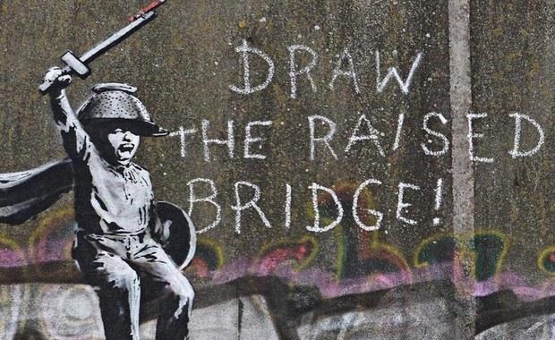 Banksy na moście. To aluzja do Brexitu